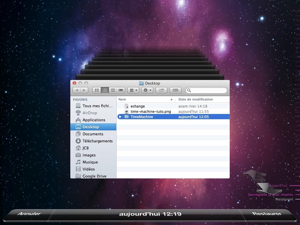 Une clé USB est un support de stockage amovible, inventé dans les années 2000, qui se branche sur le port Universal Serial Bus d'un ordinateur, ou, plus récemment, de certaines chaînes Hi-Fi, lecteurs de DVD de salon, autoradios…
