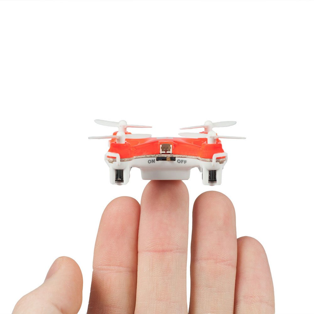 skeye nano drone sur la main